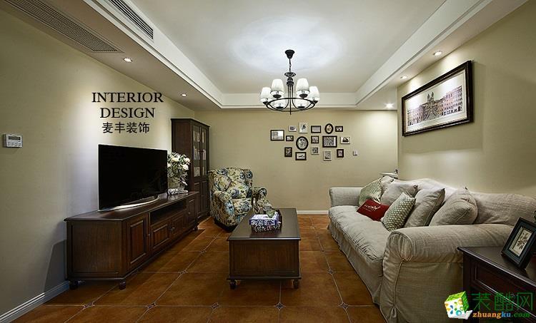 整个客厅给人一种安静平和的感受,洁白的顶灯,映照着整个天花板,散发柔和的光线,客厅的元素群都融入在它所营造的宁静的氛围之中。客厅的大气稳重、明亮简洁,和餐厅的装修布置相呼应,也突出了整体的空间感、流畅感。