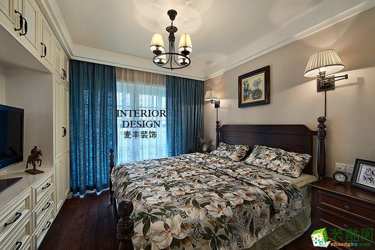 卧室作为一个居住空间里极其重要的部分,重点把握了舒适和良好的私密性,对于在采光、空气流通方面进行了良好的规划设计。黑色实木大床低调而舒适。