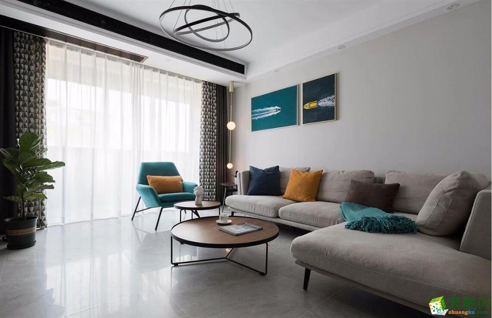 客厅,在硬装上没有下多少功夫,主要注重的是沙发茶几、装饰画之间的搭配