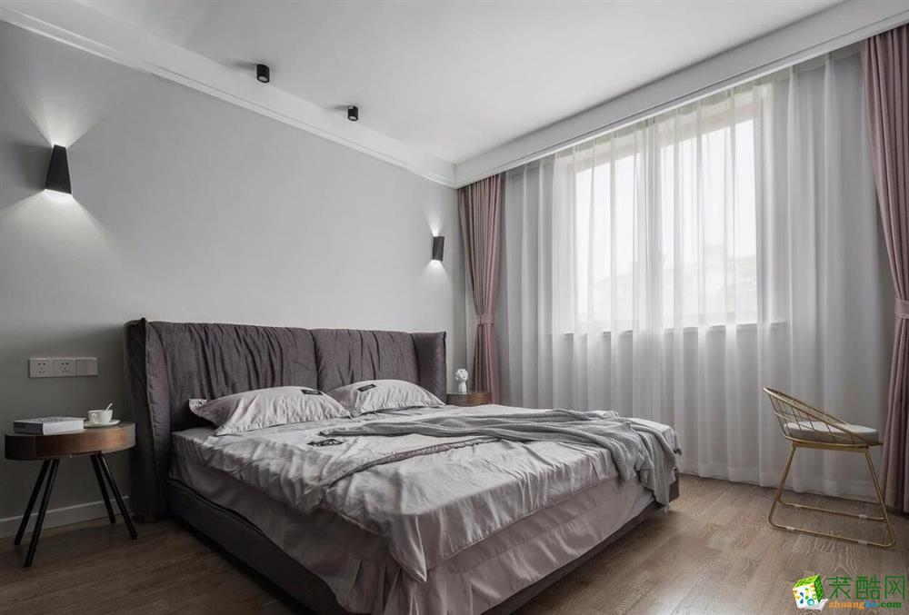 主卧,延续客厅的风格、采用黑色的柜子、床头的深灰色软靠背又让整个空间显得更加柔软,软化现代风格中的冷硬