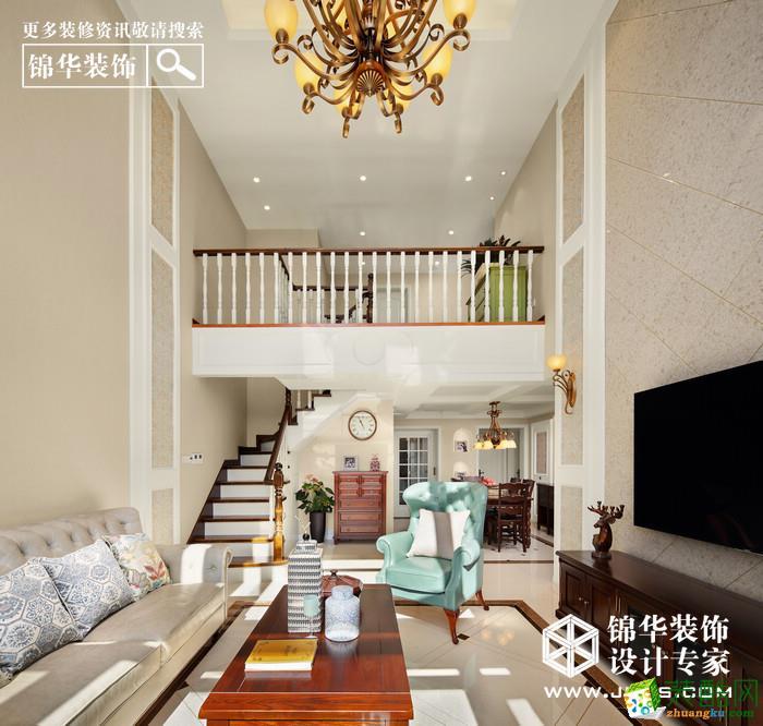 一楼挑高的客厅是整个空间的亮点,也是女主人的最爱。浅咖色的石材砖,加入浅金色皮质沙发,红黑色的实木家具,薄荷绿的单人沙发做点缀点亮空间,仿古的金色双层吊灯,整个营造一种低调的华丽与浪漫。功能定位上,一楼主要以客餐厅,老人房,书房和未来的儿童房为主,利用进门的过道空间隔出了一个独立门厅,解决的换鞋和衣帽的功能。一楼的原露台现浇筑了顶,做成儿童房,二楼也多了一个阳光房的功能 。