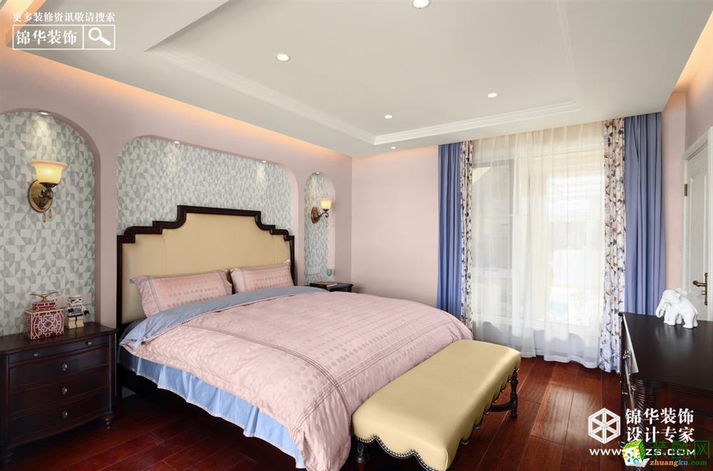 二楼整个一层是男女主人的私有空间:主卧,超大的卫生间,衣帽间满足了女主人对功能的需求。粉色的背景营造浪漫的爱情味道,时尚简约的美式家具又增加了空间的青春气息。