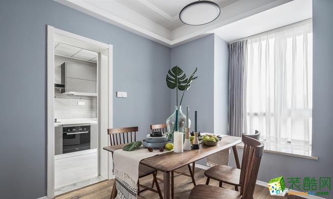 北欧风格轻松简约,在餐厅家具的选择上,设计师采用最简单的木质桌椅,简洁流畅的线条,明朗轻快;极简的吊灯,让自然光与人工光源的结合,提亮整个空间,温暖明朗,让人在就餐中感受轻松和愉快。