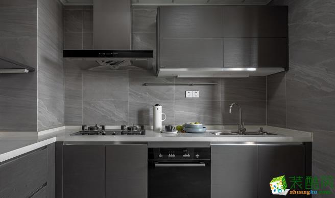 设计师考虑到厨房本身属于燥热系,摒弃常用的木色橱柜带来的温热感,采用灰黑色墙面与橱柜的结合,给人知性雅致之感,运用于厨房空间,清冷凛冽的质感带来沉静平和的抚慰情绪,仿佛能将一切烦恼容纳。灰黑色的高级感与北欧风的随意自然,看似不相融合实则浑然天成。