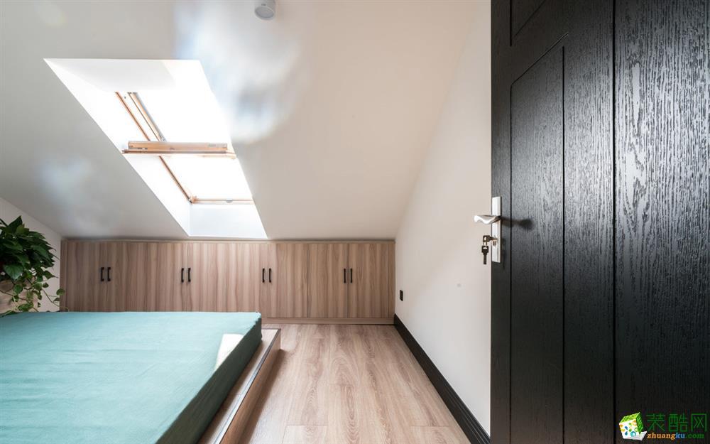 楼顶次卧室,利用空间顶面的斜角,做进深800mm的储物柜,可以放杂物和屋主很多的大号行李箱。由于顶层的房高限制,我们直接做150mm高的地台,铺地板作为床体,地台左端靠墙的位置,做高400mm上翻门的储物柜,可作为床头柜使用。