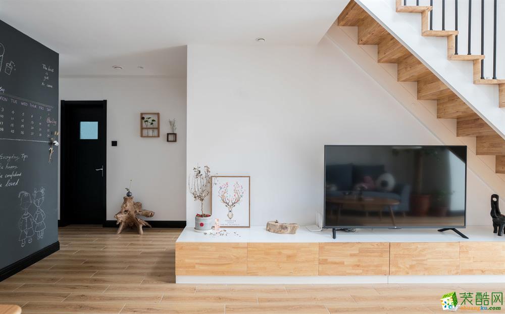 客厅电视背景墙 楼梯和电视柜为实木定制,整体大气,可以放很多的工具