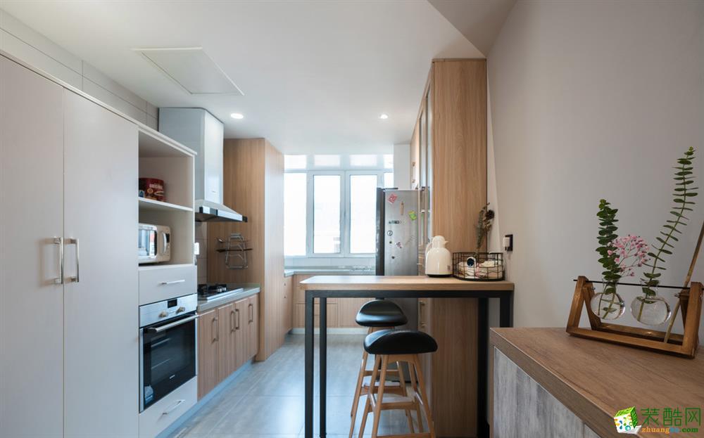 阳台空间并入到厨房,增加厨房的使用空间和操作台面,用橱柜饰面将门口墙体及烟道包成高柜模样,吊顶根据门口的最低点吊平顶(内藏新风主机),使两个空间无缝融合。灶台区高度为800mm,水盆及操作区高度为900mm,均根据业主最佳使用舒适高度定制。