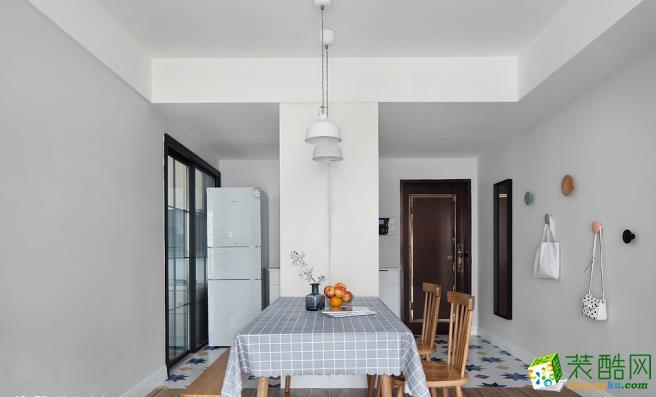 地面不同的材质和天花的高度差进行两个区域的软性分区。落尘区的拼花地砖充分表达了室内的灵动感,和餐厅区域的木纹砖形成了'一动一静'的鲜明对比。