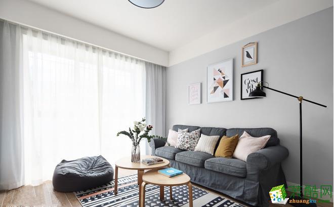 沙发背景涂刷了灰白色来增加厚重感,黑白灰色调家具加入波普图案和黄色调,优雅,朴素中带点顽皮。