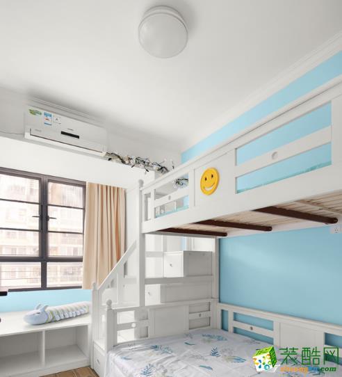 两卧室都采用白、蓝色调,像是一种身处蓝天白云下的感觉,每天清晨怀着微笑醒来,又是充满元气的一天。儿童房更是把之前的阳台位置纳进了室内改造成了窗台,作为小孩的玩耍区和亲子活动区。