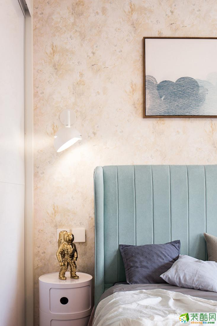 马卡龙蓝色床头,与暖色系壁纸形成对比;温暖的壁灯灯光,成为空间中最舒适的居心地。