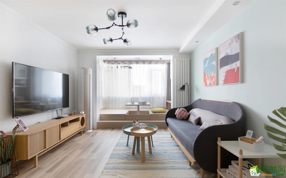 马卡龙蓝色的墙面颜色与吱音的沙发莫名搭配,定制地台与客厅形成有效互动