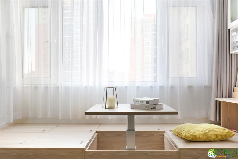 阳台定制了榻榻米地台,并设计了升降桌,增大储物的同时,升降座升起可作为大人读书工作喝茶的去处。