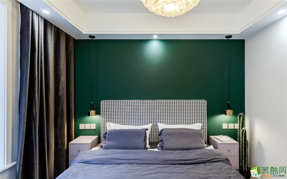 主卧,绿色背景墙,咖色天鹅绒窗帘。暗色调的轻奢元素加上暖黄羽毛灯,冷暖有度。最低预算,打造一个干干净净的休息室。