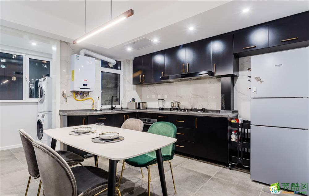 改造后的开放式厨房,搭配白色餐桌,用金色和丝绒元素,打造现代轻奢感~