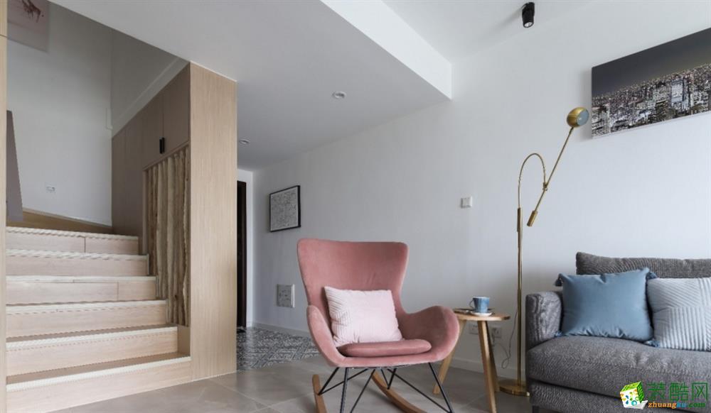 楼梯是现场钢结构施工的哦,这样也可以节省费用和时间,铺上木地板,立体感十足。