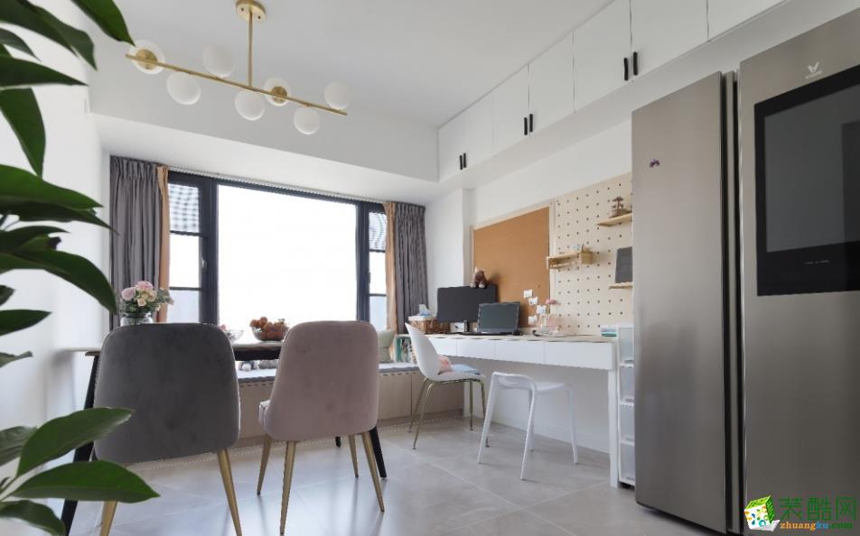 改造后的餐厅区域非常的宽敞,在餐区设置工作台。餐厅和书房共享,空间利用率更强。厨房,书桌,餐桌,三点一线;一家人都可以很好的互动。