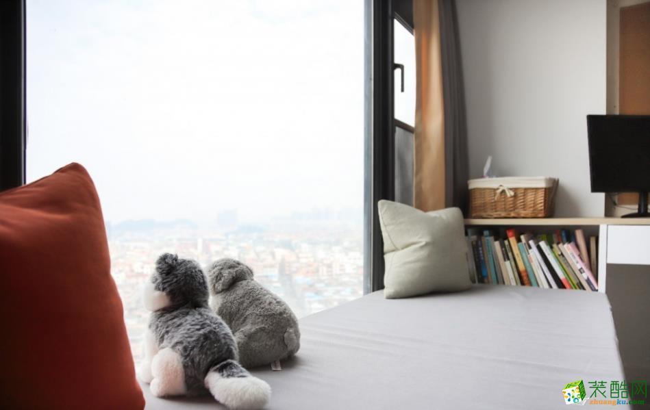 靠窗处设计餐厅的卡座,增加储物的同时,也是很棒的休闲区域;铺上垫子,当阳光洒落,看看书,看看室外风景,此情此景也是美美哒......