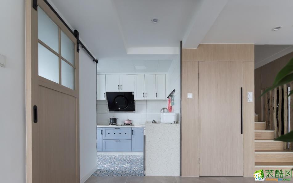 厨房地砖选用玄关的200*200小蓝花砖,与客厅处分区拉直橱柜与楼梯和玄关柜,整体性很强,也特定了彼此的空间感。