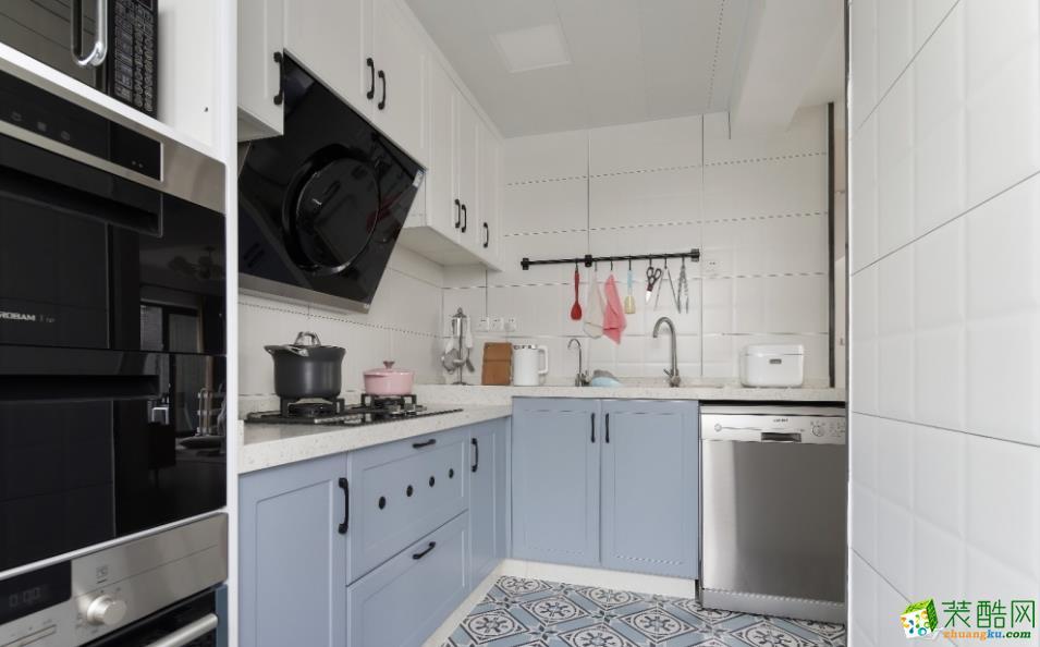 厨房分高低台面,靠阳台做高柜,收纳所有电器(微波炉 烤箱)。选材方面门板运用整体的灰蓝色系+白色;从视觉上统一全屋整体,营造干净清爽的厨房空间。