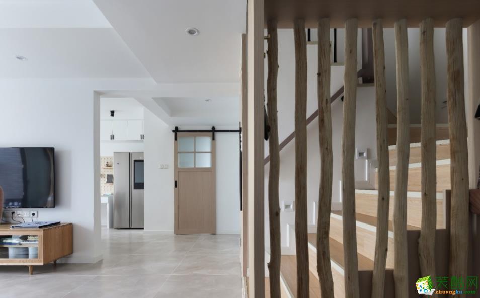 从玄关处望向卫生间区域,外开谷仓门的设计解决卫生间缩小后的逼仄感。