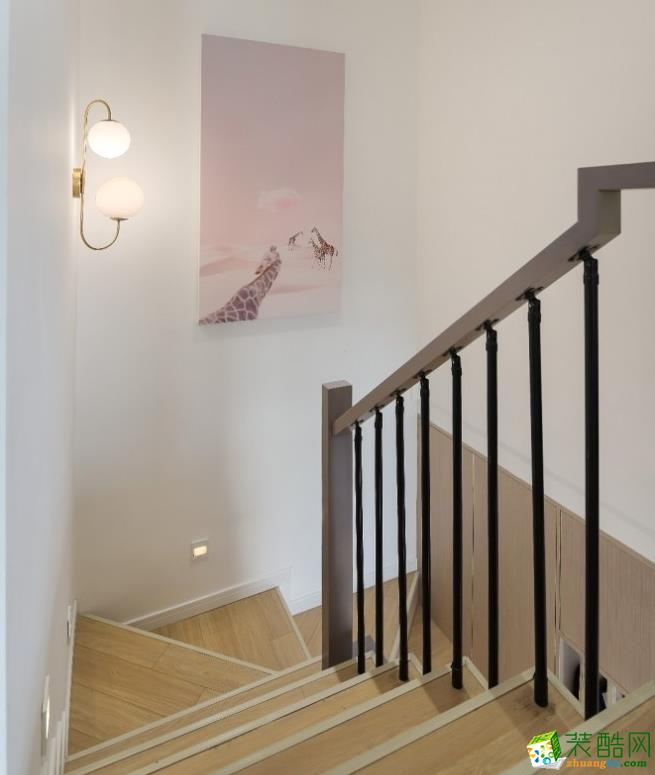 转角处特意选了一幅粉色系长颈鹿挂画 搭配古铜色壁灯,浪漫唯美。特意设计的感应脚灯,晚上上下楼就很方便了。栏杆是黑色圆杆加深灰色扶手,干净整洁。