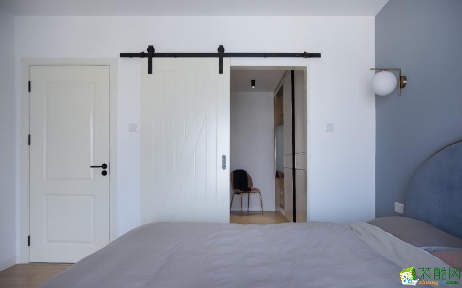 二层光线最差的位置设置成衣帽间,门板采用外开白色谷仓门,满足大大的收纳空间。