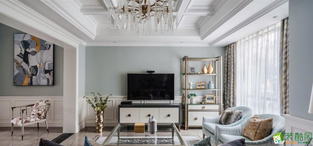 2+2+1的沙发组合,杏灰、浅湖蓝、豹纹与窗帘纹路,淡雅宁静中掩饰一丝狂野,这多样化的修饰杂糅一体,绘制出张弛有力的中心地带。