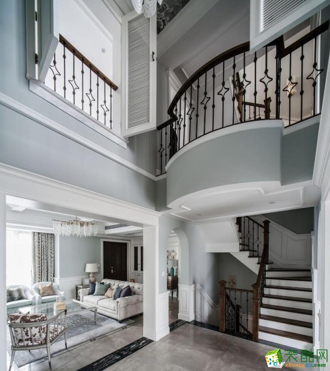 穿过客厅来到过道区域,是承上启下的楼梯口,一层和二层做挑空设计,让上下层之间产生互动,即便是有一段距离,也能感知暖心的回应。