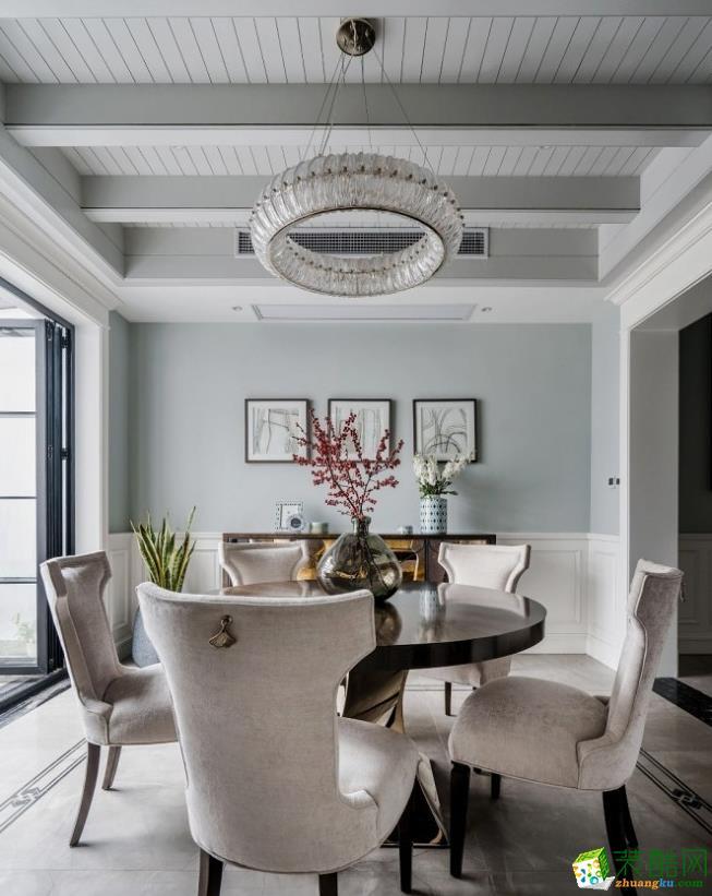 餐椅选用柔和的色调,与餐边柜硬朗的材质质感,形成鲜明的对比又互为制衡,搭配绿植花艺的恰当分布,强化出场景内清新而舒适的作用力。