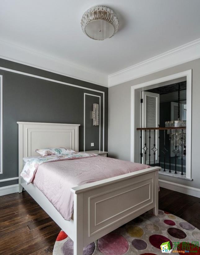 稍微小点的卧室,墙面是漆面和线框的重合,白色围合出方形造型,与窗台重复设计元素,保持整体的协调性,同样选用粉色的床品,白色的实木床,再铺上一块圆形斑斓的地毯,结合木地板,烘托出舒适的氛围。