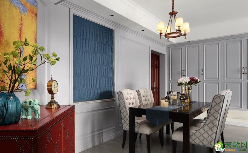 餐厅 餐厅与客厅相连,黄铜的吊灯与餐桌椅颜色相得益彰,米白与金属的碰撞,彰显大气的同时,又保证了整体色调的统一。 【创艺装饰】150㎡美式风格装修效果图
