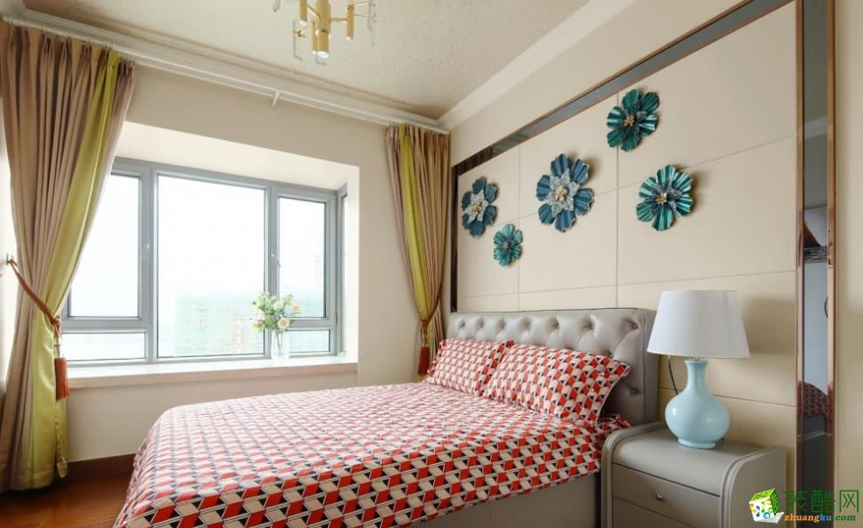 次卧用立体墙饰作为空间点缀,三原色的碰撞散发出更强烈的风格。
