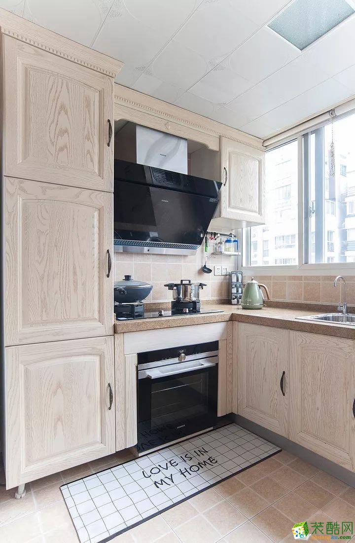 这是一套美式风格的装修案例,110�O气质美式3室2厅,轻盈优雅的暖心之家,摒弃了传统美式的繁琐和豪华,以舒适为前提,营造出一个现代、自然、雅致的空间氛围。希望这套装修案例能给准备装修的大家带来一些灵感。