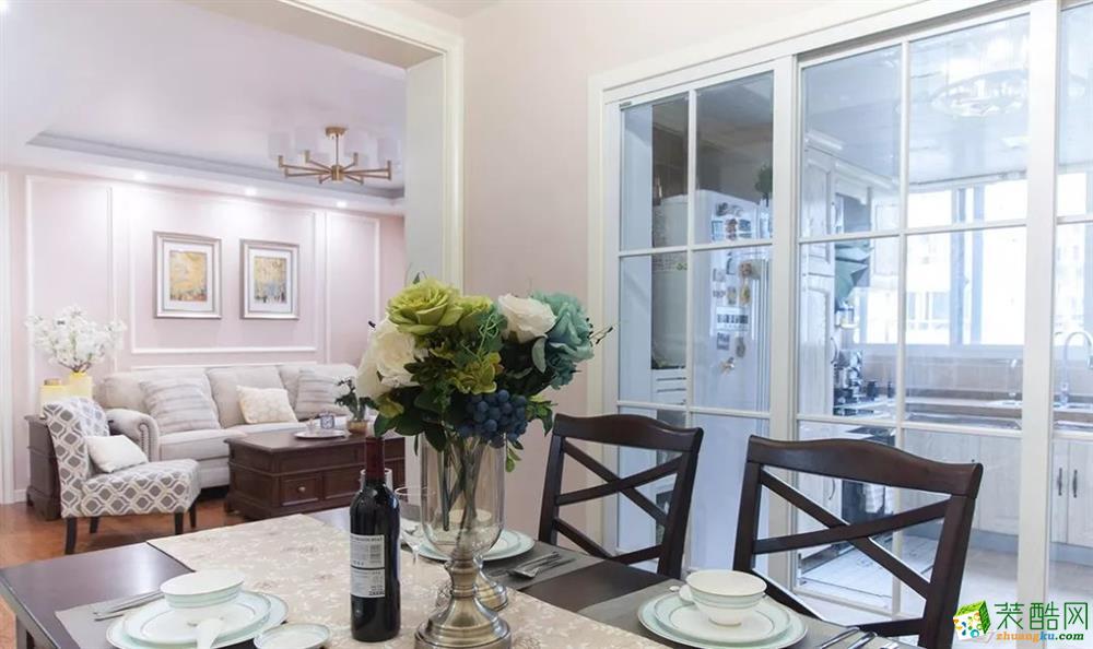 客廳 這是一套美式風格的裝修案例,110㎡氣質美式3室2廳,輕盈優雅的暖心之家,摒棄了傳統美式的繁瑣和豪華,以舒適為前提,營造出一個現代、自然、雅致的空間氛圍。希望這套裝修案例能給準備裝修的大家帶來一些靈感。 武漢110㎡全包裝修多少錢?