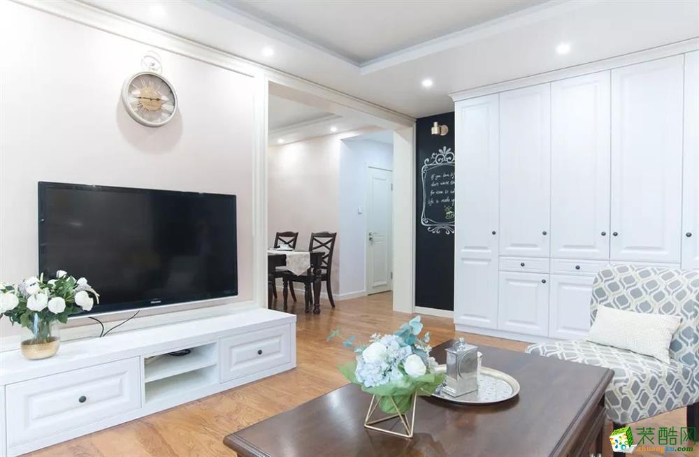 客廳電視背景墻 這是一套美式風格的裝修案例,110㎡氣質美式3室2廳,輕盈優雅的暖心之家,摒棄了傳統美式的繁瑣和豪華,以舒適為前提,營造出一個現代、自然、雅致的空間氛圍。希望這套裝修案例能給準備裝修的大家帶來一些靈感。 武漢110㎡全包裝修多少錢?
