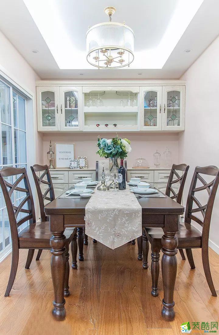 餐廳 這是一套美式風格的裝修案例,110㎡氣質美式3室2廳,輕盈優雅的暖心之家,摒棄了傳統美式的繁瑣和豪華,以舒適為前提,營造出一個現代、自然、雅致的空間氛圍。希望這套裝修案例能給準備裝修的大家帶來一些靈感。 武漢110㎡全包裝修多少錢?