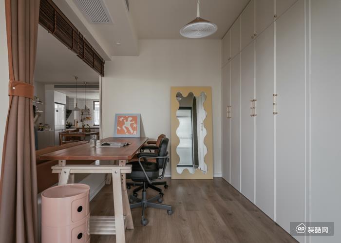 书房的设置同样简单而实用, 一整面墙的储物柜收纳力惊人, 纯白色则更显清爽不拥挤。
