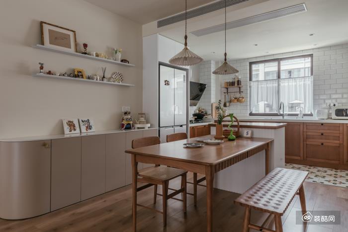 开放式布局的餐厨空间, 拉长视觉纵深,有着令人愉悦的尺度。