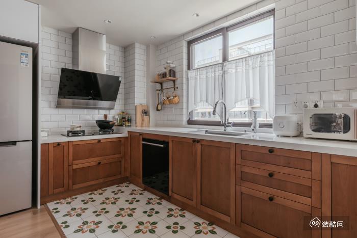 小中岛解决了餐厨连接的大问题, 随之产生的洄游动线, 生活日常变得更合理便捷。 小花砖的转变同样暗示着区域界定, 搭配原木风的橱柜和小白砖,法式风十足。