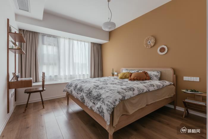 卧室主色系的黄颜色是特意选用的, 带一定灰度,不会过于热情, 温暖的同时又安静和煦。