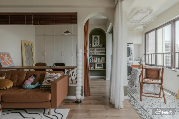 阳台以小花砖区别于木地板形成自然划分, 素雅好看,又便于打理。