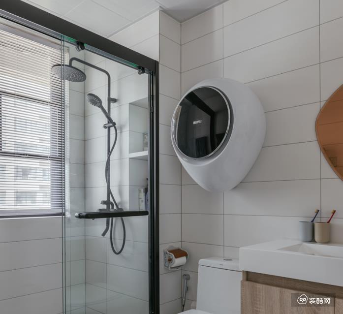 主卫小花砖再现暗扣法式主线, 推拉玻璃门实现干湿分区,品质感提升, 利用墙体厚度打造壁龛收纳洗浴品。