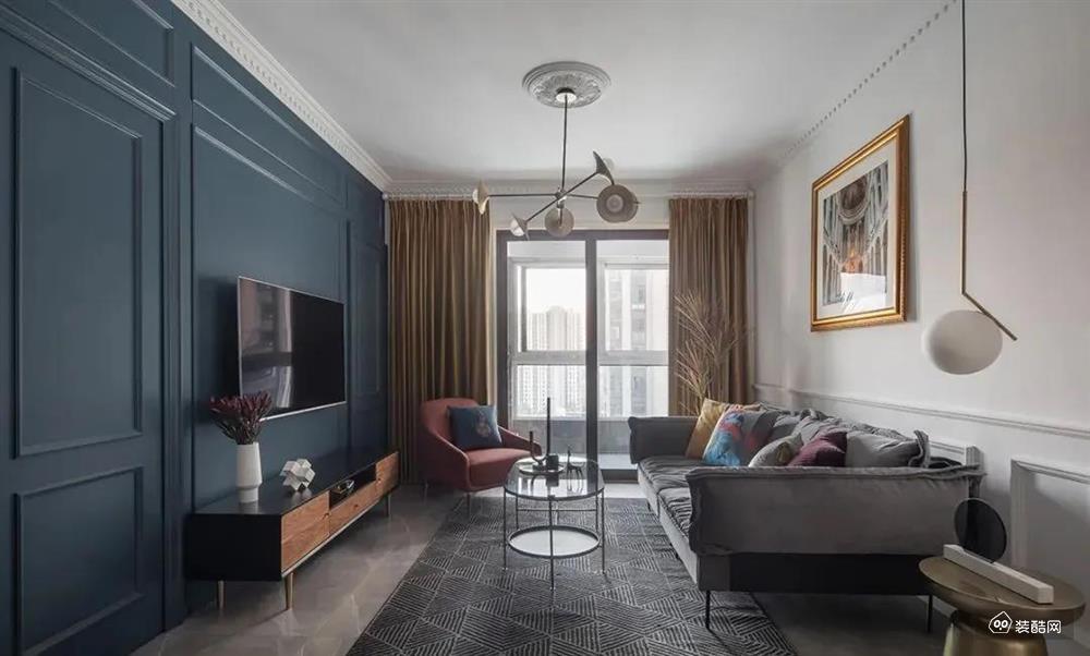 客厅灰、白、蓝等色彩结合,简约清爽。电视背景墙结合隐形门设计,一边是储物室,一边是工作室,形式新颖、效果美观很高级的感觉。