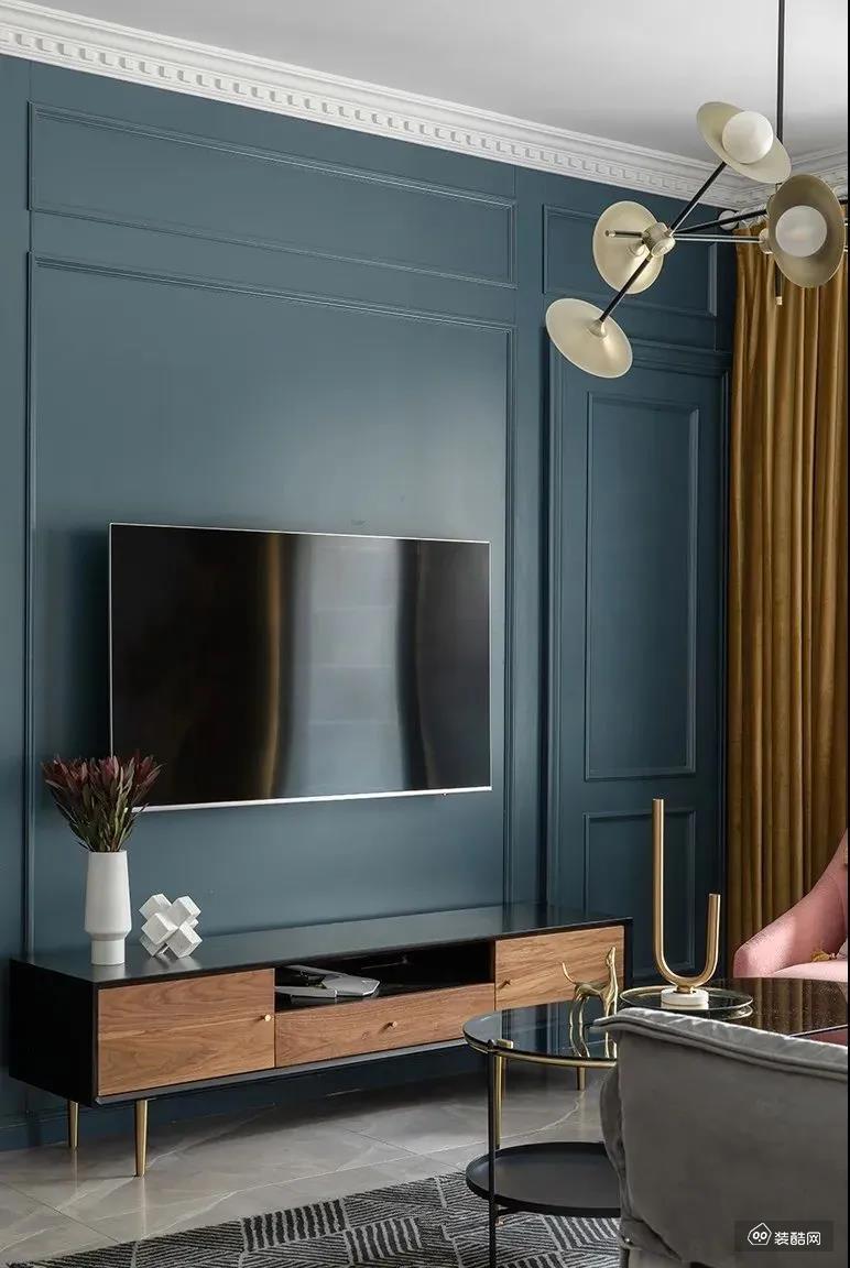 整面深蓝色电视墙,线条勾勒,简约不失美感;电视柜融入木质元素,更亲切舒适。极具艺术感的饰品,也能彰显屋主气质。