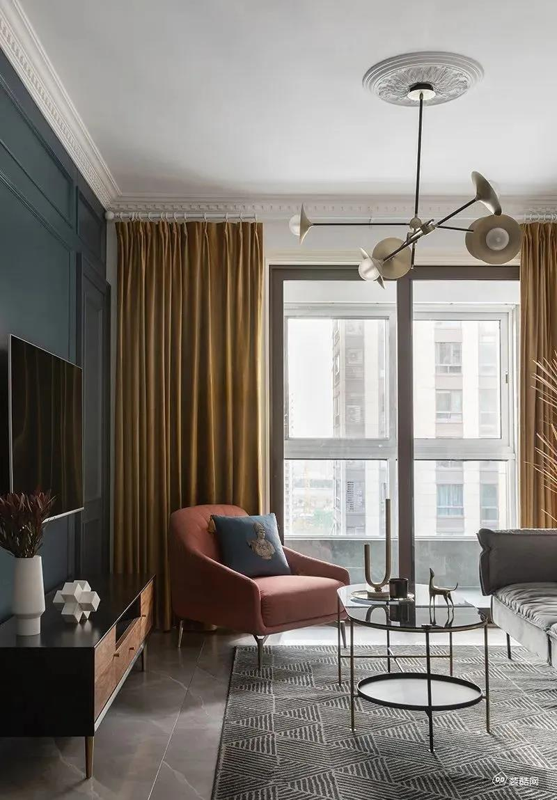 浅色系沙发背景墙,用挂画章鱼直播间章鱼直播app官网,简单时尚。客厅融入了一些轻奢元素,如吊灯、茶几等,让效果更精致了一些。