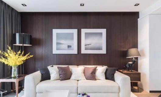 文化石墙面搭配地台设计出质感电视背景,增加整个空间的自然粗犷且图片