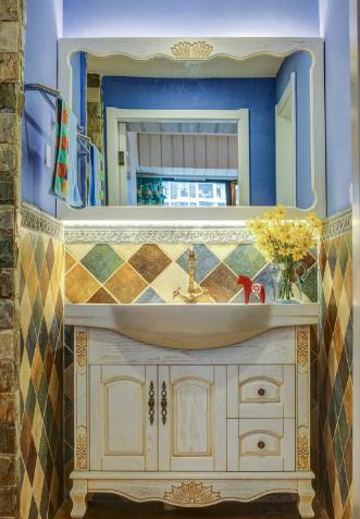 卧室地面通铺木质地板,蓝色竖条纹壁纸搭配繁花壁纸背景,蓝色调欧式